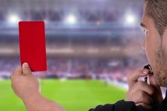 Domare som visar det röda kortet Arkivfoton