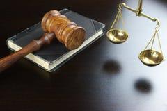 Domareauktionsklubba, gammal bok, skala av rättvisa On Black Table Royaltyfria Bilder