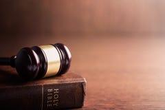 Domareauktionsklubba och helig bibel Royaltyfri Foto