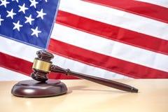 Domareauktionsklubba på tabellen, USA flagga för rättvisascale för bakgrund 3d white för symbol Arkivbild