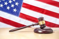 Domareauktionsklubba på tabellen, USA flagga för rättvisascale för bakgrund 3d white för symbol Royaltyfri Bild