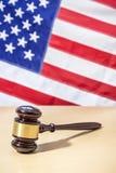 Domareauktionsklubba på tabellen, USA flagga för rättvisascale för bakgrund 3d white för symbol Royaltyfri Foto