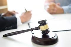 Domareauktionsklubban med advokater råder lagligt på advokatbyrån i bakgrund Royaltyfri Foto