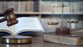DomareBanging Gavel In domstol stock video