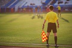 Domarefotboll domaren är på fältet Fotografering för Bildbyråer
