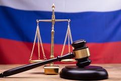DomareGavel And Justice skala p? skrivbordet fotografering för bildbyråer