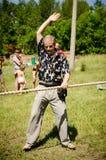 Domaren ger signalen till starten av repet som drar komp arkivfoton