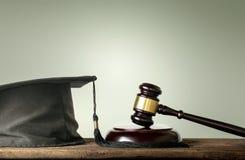Domaren Wood Hammer med lyckönskan avlägger examen lagämnen Co arkivbilder