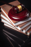 Domares auktionsklubba och lagböcker på en svart tabell Royaltyfria Bilder