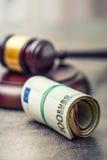Domares hammareauktionsklubba Rättvisa- och europengar begreppsmässig valutaeuro för sedlar femtio fem tio Domstolauktionsklubba  Fotografering för Bildbyråer