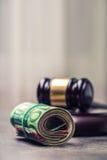 Domares hammareauktionsklubba Rättvisa- och europengar begreppsmässig valutaeuro för sedlar femtio fem tio Domstolauktionsklubba  Royaltyfria Bilder