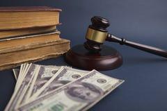 Domaretr?auktionsklubba med begreppet f?r dollarpengarsedel f?r royaltyfri bild