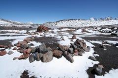 Domarring och snow mot berglaken Arkivbild