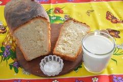 Domashnyi面包用牛奶 库存图片