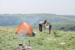 Domatora jaru przez noc weekendowy namiotowy pobyt fotografia stock