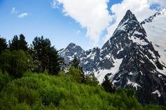 Dombai山多雪的山峰在春天末期的 免版税库存图片