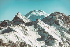 从Dombai,高加索山的Elbrus山顶视图  免版税图库摄影