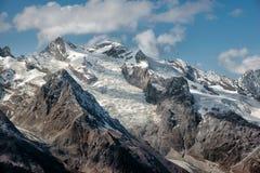 Dombai Cenário de montanhas rochosas na região de Cáucaso em Rússia Imagem de Stock