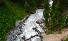 Dombay, ποταμός βουνών Η Δημοκρατία karachay-Cherkessia στο βόρειο Καύκασο, Ρωσία Στοκ Φωτογραφία