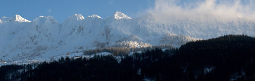 dombay όψη κλίσεων σκι πανοράματος βουνών Καύκασου Στοκ φωτογραφίες με δικαίωμα ελεύθερης χρήσης