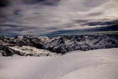 dombay όψη κλίσεων σκι πανοράματος βουνών Καύκασου Στοκ Εικόνες