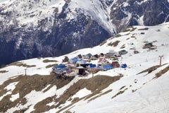 Dombay 村庄在登上Mussa-Achitara倾斜  库存图片
