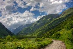 Dombay Montagnes de Caucase en été Photos stock