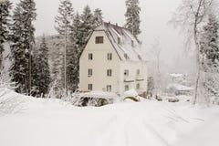 Dombay, Rusland - Februari 7, 2015: De werfvoorgevel van het snow-covered hotel Stock Fotografie
