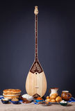 Dombra和哈萨克人食物 免版税图库摄影