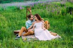 Dome o abraço de um par fascinado que tem imagens de stock royalty free
