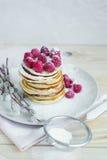 Dome o café da manhã das panquecas com framboesas Imagens de Stock