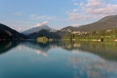Domegio di Cadore,山的Italy美丽的湖在日出 库存照片