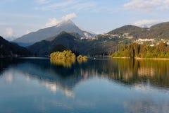 Domegio di Cadore,山的Italy美丽的湖在日出 库存图片