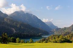 Domegio di Cadore,山的Italy美丽的湖在日出 免版税图库摄影