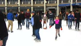 Domenica alla pista di pattinaggio di pattinaggio su ghiaccio stock footage