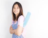 Domestica asiatica del domestico con il pulitore della polvere isolato fotografie stock