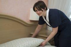 Domestica che lavora nella camera di albergo Fotografia Stock