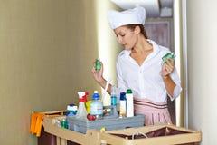 Domestica dell'hotel con i rifornimenti del carretto di pulizia e di pulizia Immagini Stock