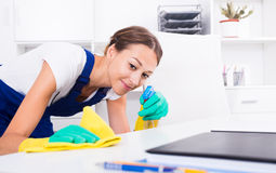 Domestica della donna in ufficio fotografia stock