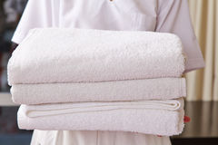 Domestica in hotel con gli asciugamani freschi Fotografia Stock Libera da Diritti