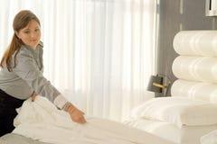 Domestica Making Bed immagine stock