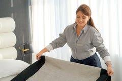 Domestica Making Bed immagini stock libere da diritti