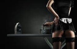 Domestica sexy con gli altoparlanti dell'audio del ferro Fotografie Stock