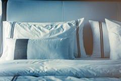 Domestica-su del letto con i cuscini bianchi puliti Fotografia Stock Libera da Diritti