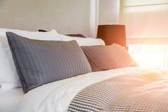 Domestica-su del letto con i cuscini bianchi puliti Fotografie Stock Libere da Diritti