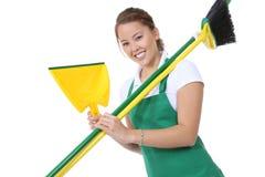 Domestica sveglia con i rifornimenti di pulizia e della scopa fotografie stock