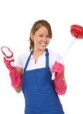 Domestica sveglia della donna con i rifornimenti di pulizia immagine stock