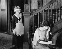 Domestique écoutant clandestinement l'appel téléphonique de la femme (toutes les personnes représentées ne sont pas plus long viv photo stock