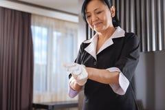 Domestique avec plaisir joyeuse d'hôtel disposant à travailler Images libres de droits