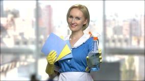 Domestique dans le chiffon de participation d'uniforme et le jet de nettoyage banque de vidéos